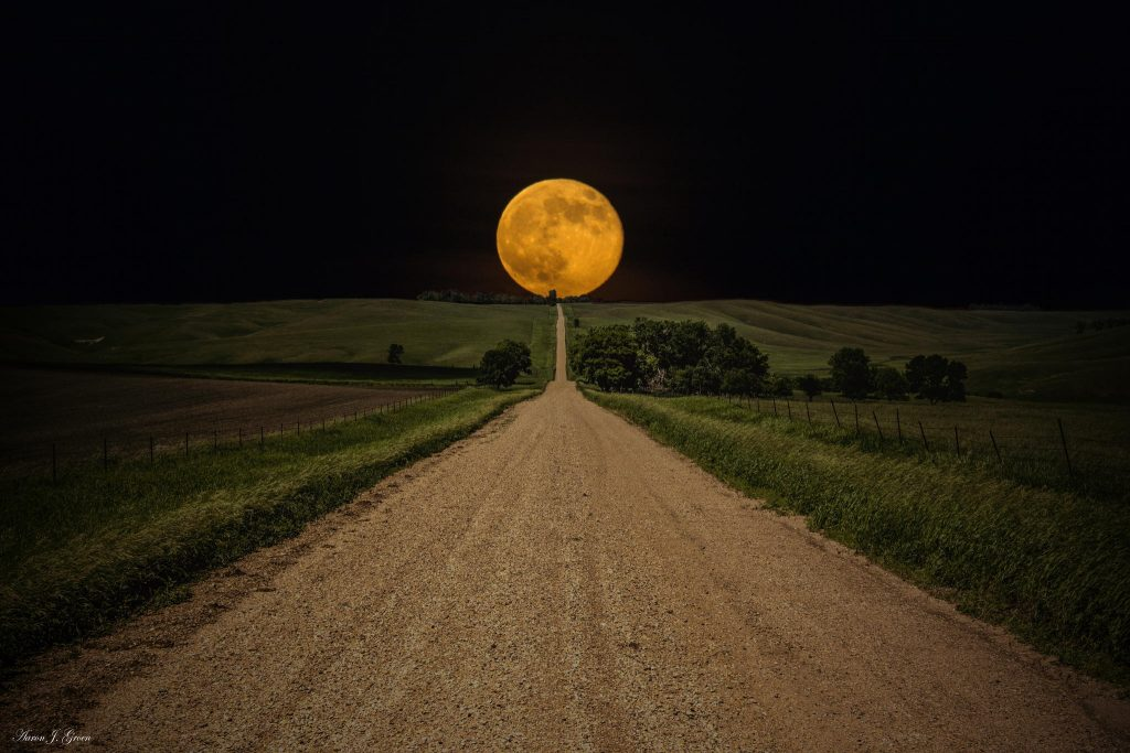 road-to-nowhere-supermoon-aaron-j-groen-www-homegroenphotography-com-supermoon-rises-over-this-road-to-nowhere-in-eastern-south-dakota