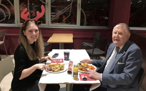 Cashier asks 86-year-old widower to christmas dinner _ everything inspirational