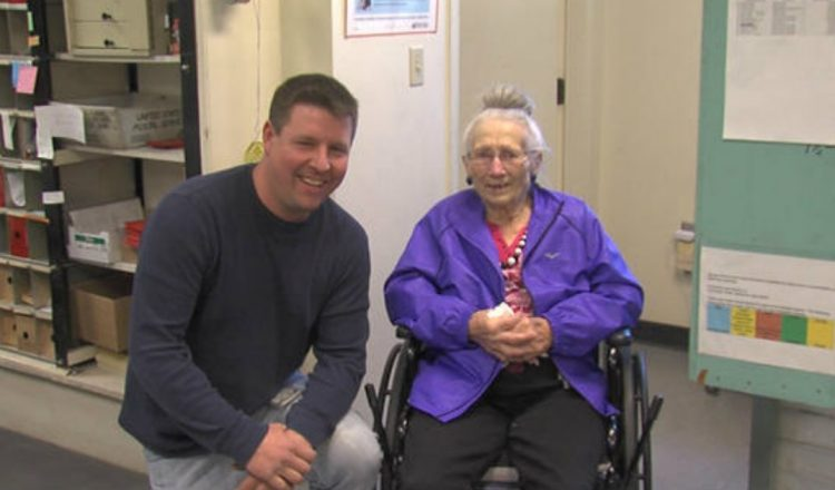 Mail Carrier Saves 94-Year-Old Woman Who Fell in Her Home_ everything inspirational