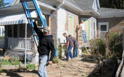 College Students Help Deployed Soldier Paint His House_ everything inspirational